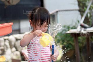 ホースで水遊びする女の子の写真・画像素材[2167009]