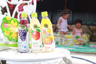 水遊びのお供に小岩井純水果汁の写真・画像素材[2214675]