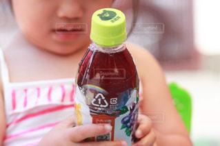ペットボトルを持つ少女の写真・画像素材[2214699]
