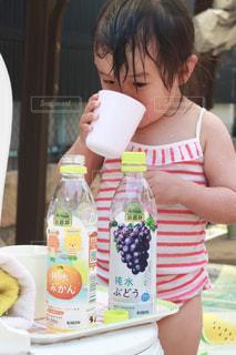 コップで飲む小岩井純水果汁の写真・画像素材[2214744]