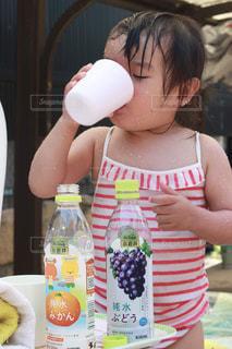瓶を持っている人の写真・画像素材[2214787]