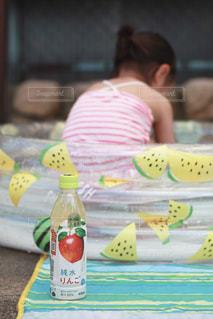 子どもの水遊びに小岩井純水果汁の写真・画像素材[2214836]