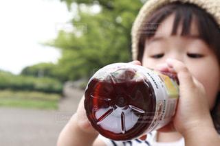 小岩井純水果汁を飲む女の子の写真・画像素材[2215367]