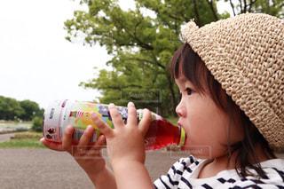 小岩井純水果汁を飲む女の子(横から)の写真・画像素材[2216216]