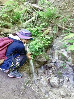 自然の水場で手を洗う山ガールの写真・画像素材[2217656]