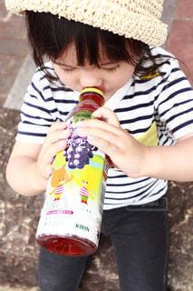 ジュースを飲む女の子の写真・画像素材[2228934]