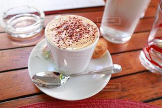 テラス席でのカプチーノコーヒーの写真・画像素材[2278300]