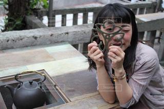 やかんの鍋敷を持つ女性の写真・画像素材[2280315]