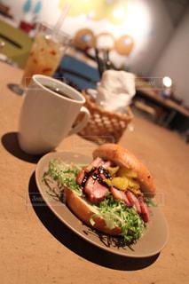 テーブルの上の食べ物の皿の写真・画像素材[2280334]