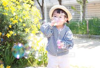 シャボン玉をする小さな女の子の写真・画像素材[2283040]