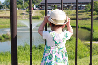 帽子をかぶった女の子の後ろ姿の写真・画像素材[2285774]