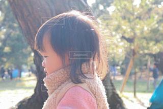 公園で遊ぶ女の子の横顔の写真・画像素材[2309192]