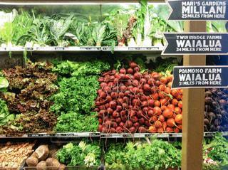 新鮮な食材でいっぱいの店の写真・画像素材[2355029]