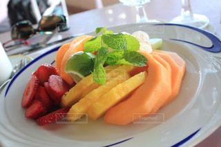 テーブルの上のフルーツ盛り合わせの写真・画像素材[2387974]