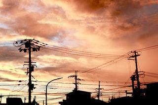 住宅街越しの夕焼けの写真・画像素材[2420911]