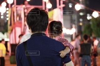 盆踊りを見る親子の写真・画像素材[2515569]