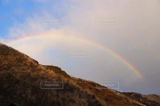 山の上の虹の写真・画像素材[2554808]
