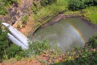 滝壺の虹の写真・画像素材[2554937]