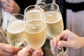 白ワインで乾杯の写真・画像素材[2631583]