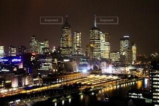 フリンダースストリート駅の夜景の写真・画像素材[2745703]