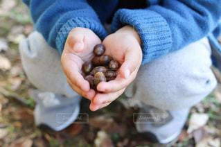 赤ん坊を抱く手の写真・画像素材[2800672]