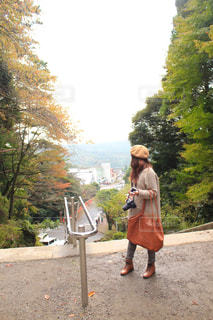 カメラを手に持つ旅行中の女性の写真・画像素材[2811683]