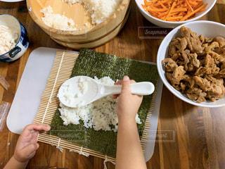 巻き寿司を手伝う子どもの手の写真・画像素材[2935757]
