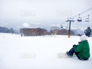 女性,1人,20代,風景,アウトドア,空,冬,スポーツ,雪,屋外,後ろ姿,山,人物,スキー,スノボ,ゲレンデ,レジャー,スキー場,リフト,女の人,スノーボード,斜面,ウインタースポーツ
