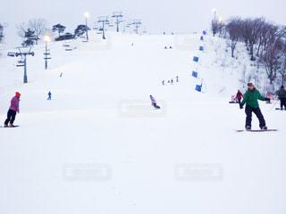 スノボで滑るゲレンデの写真・画像素材[2948729]
