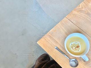 机の上にあるスープの写真・画像素材[2995528]