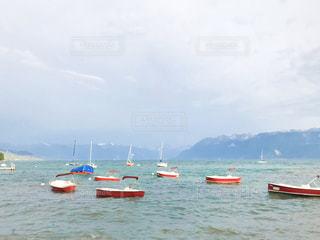レマン湖に浮かぶボートの写真・画像素材[2999270]