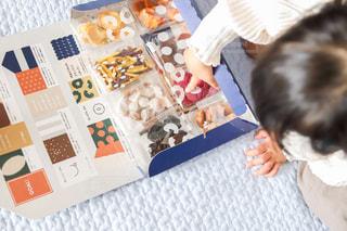 おやつを選ぶ子どもの写真・画像素材[3041101]