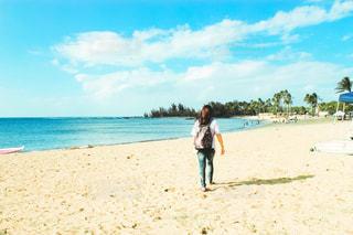 砂浜を歩く女性の写真・画像素材[3272399]