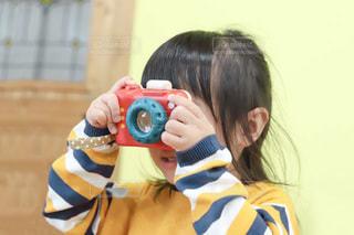 トイカメラをのぞく女の子の写真・画像素材[3378194]