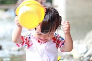 自ら水遊びする女の子の写真・画像素材[3637628]