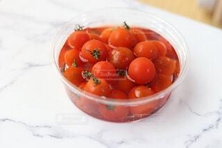 食べ物,赤,白,水,テーブル,トマト,野菜,机,食品,たくさん,ミニ,冷たい,プチトマト,食材,大理石,フレッシュ,ベジタブル,トレイ,冷やし,洗い