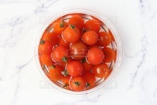食べ物,赤,白,水,テーブル,トマト,野菜,机,食品,たくさん,ミニ,俯瞰,冷たい,プチトマト,食材,大理石,フレッシュ,ベジタブル,トレイ,冷やし,洗い