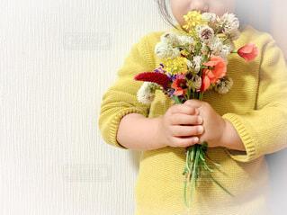 花を持つ手の写真・画像素材[4179003]