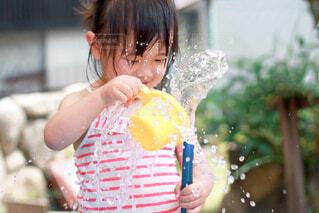 水遊びする子供の写真・画像素材[4274458]