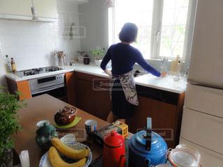 キッチンに立つ私の写真・画像素材[1826797]