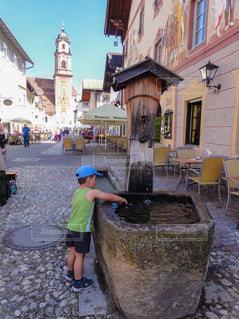 水飲み場の男の子の写真・画像素材[1835338]