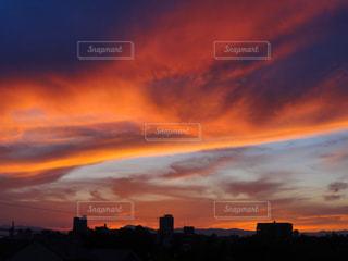 夕暮れ時の街の空の写真・画像素材[1860700]