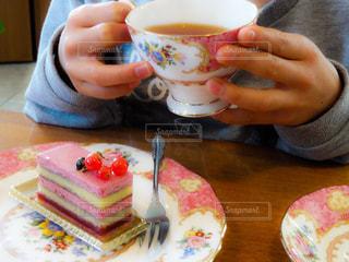 ケーキを食べる女の子の写真・画像素材[1882361]