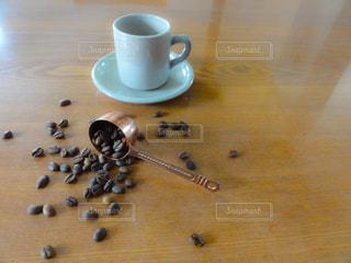 テーブルにこぼれたコーヒー豆の写真・画像素材[1996186]