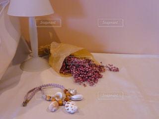 テーブルの上に座るケーキの写真・画像素材[2123878]