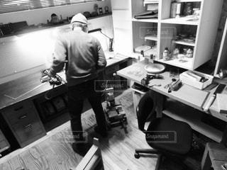 男性,後ろ姿,部屋,室内,人物,背中,人,工房,工具類