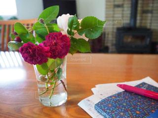 テーブルにはいつも花の写真・画像素材[2146686]