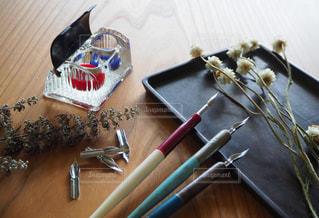 木製のテーブルの上に座っているナイフの写真・画像素材[2272585]