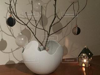 テーブルの上に座っている花瓶の写真・画像素材[2824183]