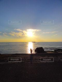 水域の隣のビーチに沈む夕日の写真・画像素材[2858061]